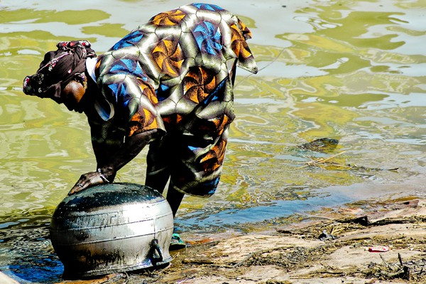 Mujer en Río Níger
